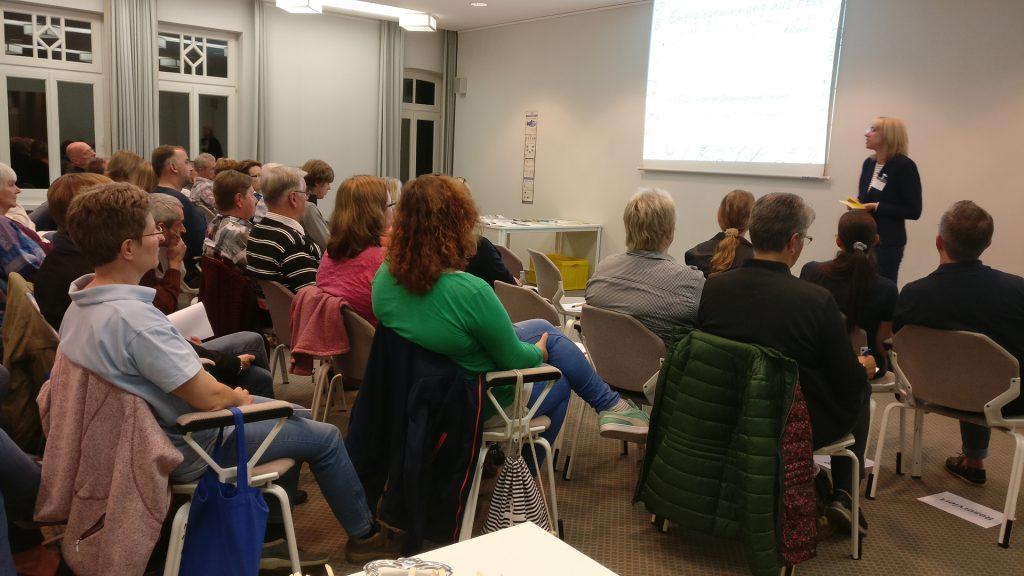 Referentin Carola Schröder beim Informationsabend in Wilstedt